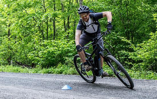 Marc zeigt wie man das E-Bike um enge Kurven zirkelt