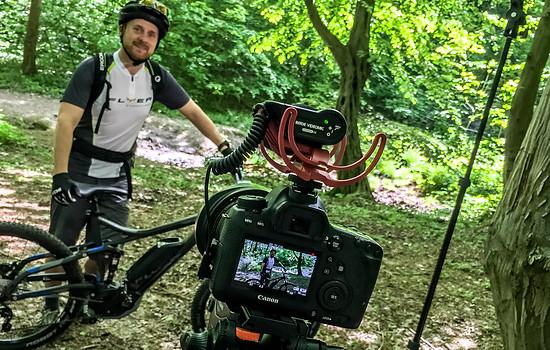 Mit Videoequipment im Wald
