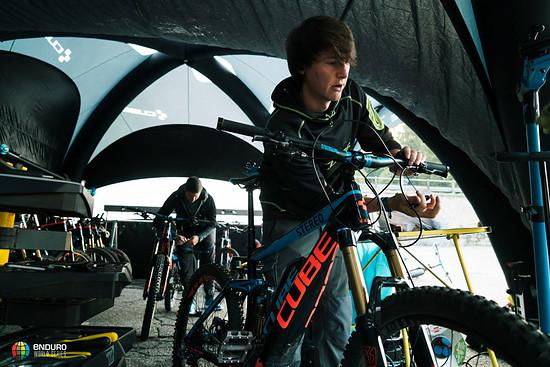 Die E-Bikes für die bei der EWS anwesenden Medienvertreter werden geserviced