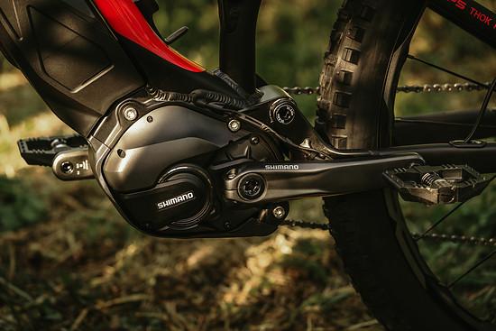 Der Shimano Steps E8000-Motor hat genug Power für ausgedehnte Trail-Abenteuer