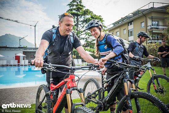 Susi von Rotwild erklärt einem Gast die Technik am E-Bike