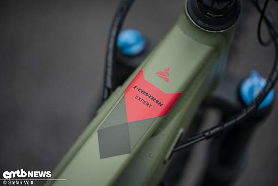 Auf dem Oberrohr prangt die Bezeichnung des E-Bikes