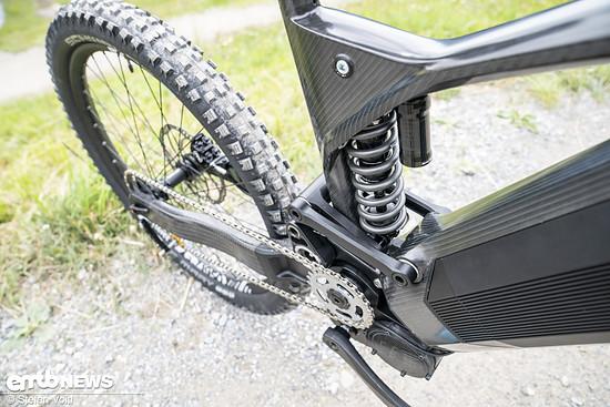 Das E-Downhillbike verfügt über einen Stahlfederdämpfer und 200 mm Federweg vorne und hinten