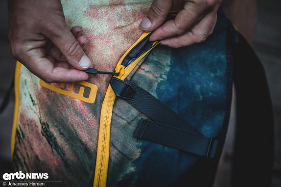 Smartes Detail: Die kleinen flexiblen Stopper ermöglichen es, den Rucksack nur ein Stück zu öffnen, wenn man beispielsweise nur an das Brillenfach möchte