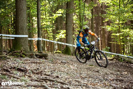 Oli pflügt mit seinem Specialized Levo den Waldboden von Wipperfürth um