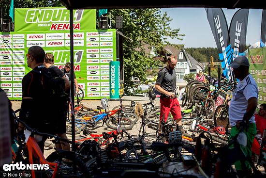 Viele E-Bikes lagen vor dem Start in der Event-Area auf dem Boden, während die Besitzer in der Sonne chillten
