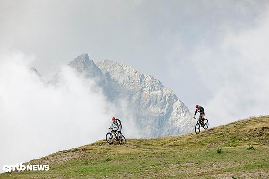 Ein massiver Berg kommt hinter den Wolken, welche dieses Wochenende im genau richtigen Ausmaß vorbeizogen, zum Vorschein.
