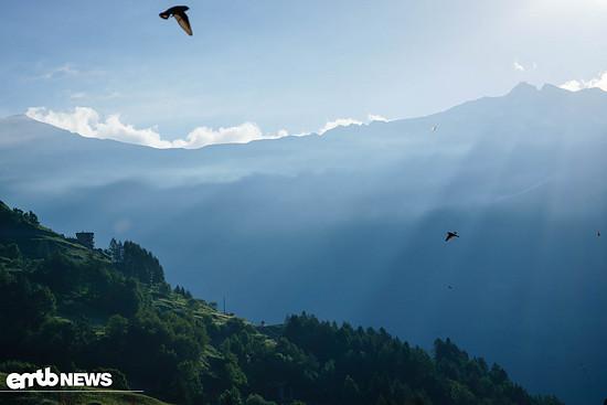 Mystisches Licht kommt über die Berge in Val di Pejo