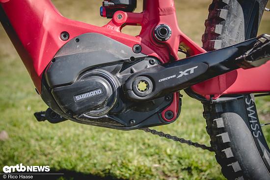 Der kraftvolle Shimano Steps 8000 Motor wurde sauber in das Rad integriert