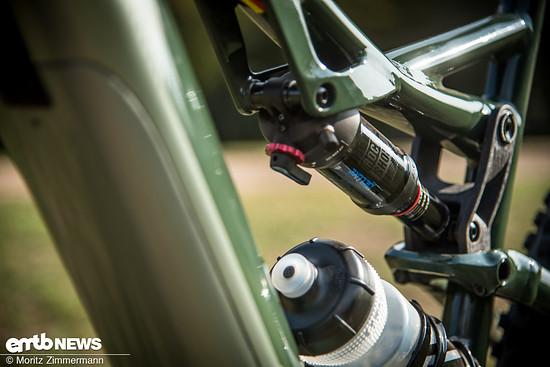 Der verbaute RockShox Deluxe-Dämpfer verleiht dem Heck 130 mm Federweg und ...