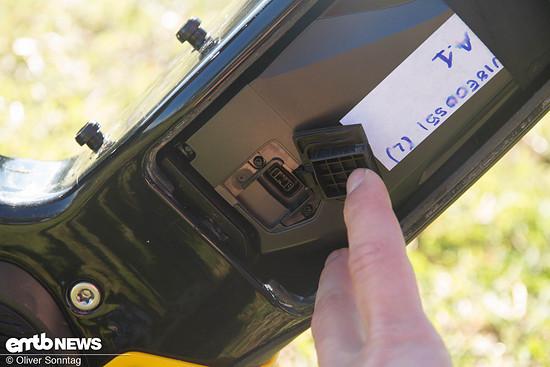 ... oder man Steckt sein Ladegerät direkt in die gut erreichbare Ladebuchse.