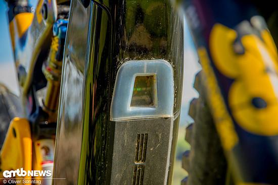 Der 504 Wh Akku ist sauber im Unterrohr versteckt und lässt sich durch das mit einem Gummi geschützten Loch einschalten.