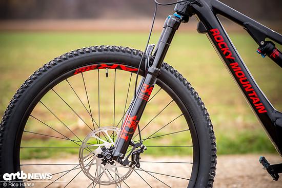 Das Bike bietet über eine Fox 34-Federgabel 140 mm Federweg an der Front …