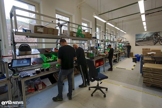 Die Mitarbeiter dieser Linie montieren Tretlagergetriebe