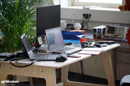 Zwei Laptops, zwei Mäuse, Smartphone, Notizblock, Steuergeräte
