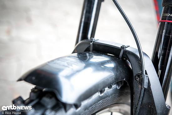Mudhugger-Schutzbleche werden mit Kabelbindern an der Gabel ...