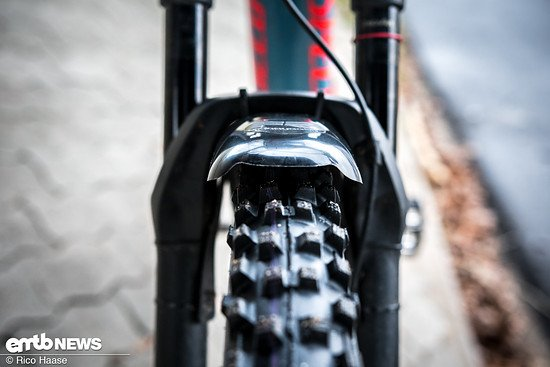 Das Mudhugger FRX hat genügend Abstand zum Reifen