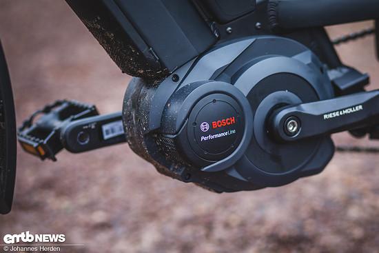 Der Bosch Performance Speed-Motor mit 350 Watt und 63 Nm Drehmoment ist exponiert am Unterrohr des S-Pedelecs angeflanscht. Die Fahreigenschaften passen hervorragend zu den Bedürfnissen im Stadtverkehr.