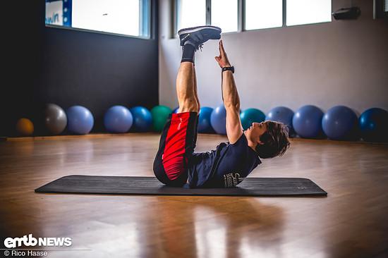 Endposition: Hände zu den Füßen. Dabei die Schultern vom Boden abheben.