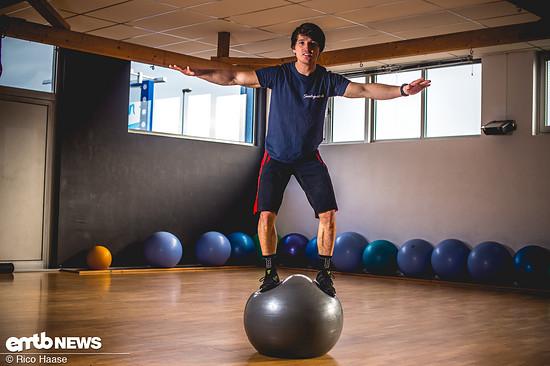 Aus der gehockten Position dann langsam aufstehen und dabei möglichst die Balance halten.