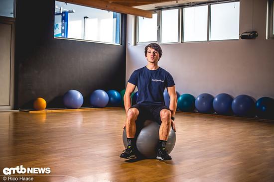 Ein Gymnastikball eignet sich hervorragend, um sein Körpergefühl durch kleine Ausgleichsbewegungen zu schulen.