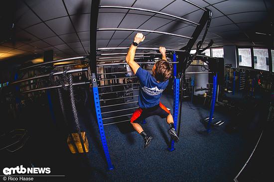 Um die Unterarme fit zu kriegen, ist Hangeln einer der Schlüssel zum Erfolg