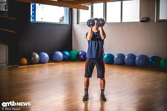 Im letzten Teil der Abfolge die Gewichte in Rotationsbewegung vor dem Kopf zusammen führen.
