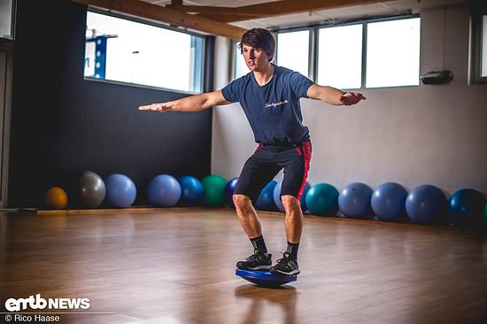 Hierbei wird die Tiefenmuskulatur angesteuert, welche für die kleinen Ausgleichsbewegungen, um Balance zu halten, benötigt wird.
