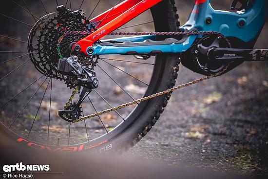 Die SRAM Eagle AXS ist auch mit den Rennrad-Komponenten kompatibel – beispielsweise lassen sich die RED AXS-Hebel mit einer Eagle-Schaltung kombinieren.