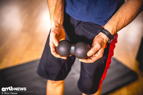"""Mit diesem Doppelball kann man auf dem Rücken liegend die Wirbelsäule von unten nach oben """"durchtriggern""""."""