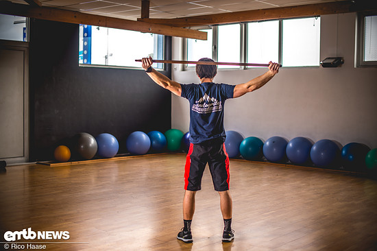 … dann hinter den Rücken, bis man an den Punkt kommt, an dem die Brust- und Schultersehnen die Bewegung stoppen möchten.