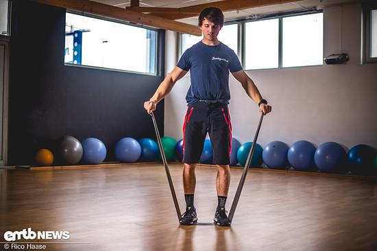 Diese Übung kann man immer zwischendurch einbauen. Durch leichtes Bewegen der Gelenke mit dem elastischen Band kann man gut nach einem harten Training nochmal die Endlagen der Gelenke ansteuern, in die man zuvor mit Zusatzgewicht nicht gekommen ist.