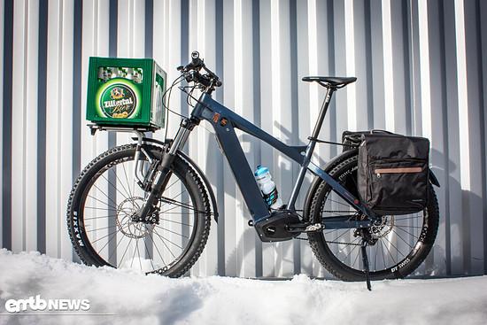 Nox Cycles aus dem Zillertal setzt klare Zeichen. Mit der Montagevorrichtung von Thule (im Preis nicht mit inbegriffen) lässt sich sogar ein Getränkekasten transportieren. Der Heckträger ist für eine Zuladung bis 25 kg freigegeben.