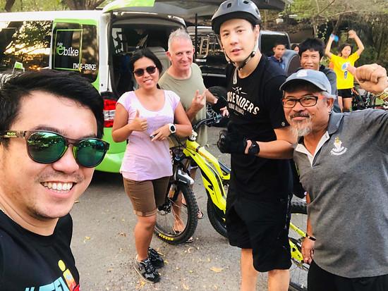 Prominent darf nicht fehlen. SantaCruz Thailand Sänger und Schauspieler (Dom) sowie Asia e-Bike im Club 11 in Bangkok