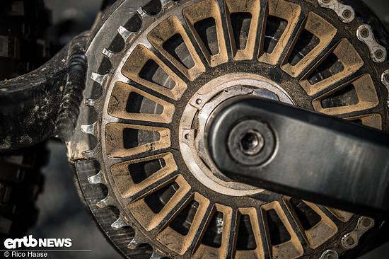 Das Directmount-Kettenblatt wurde beim Prototyp noch mittels Sprengring auf der wellenförmigen Achse befestigt, in Serie übernimmt das eine Vielzahn-Mutter aus Aluminium.