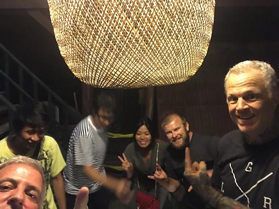 Asia e-Bike in Chon Buri beim Essen mit Looseriders Thailand (Tim) und Ohlins Thailand (Danny)