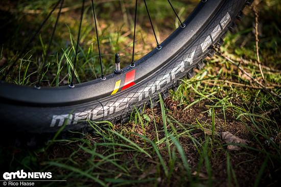 An ein derart schweres E-Mountainbike gehören stabilere Reifen – die SG-Karkasse von Schwalbe wäre zu empfehlen