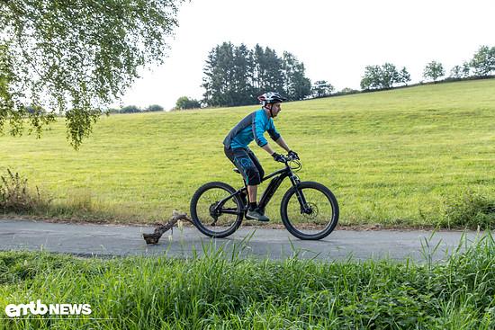 Das Vorderrad landet häufig zuerst oder beide gleichzeitig! Das körpereigene Fahrwerk fährt aus!
