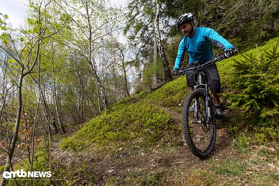 Innere Linie wählen, zentral tief gehen. Bike, geneigt, Blick in Kehre lenken!
