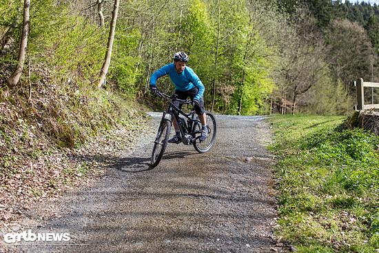 Mit leichter Bike-Neigung zentral tief gehen, Fahrlinie innen in Übungskurve.