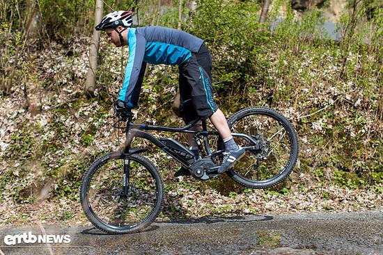 Gleichzeitig zum Bremseinsatz (erst blockieren, dann schleifen lassen!) eine ZENTRALE Tief-Hoch-Bewegung vollziehen mit Körperspannung. Füße in Pedale eingekeilt.
