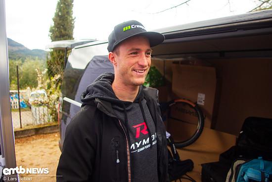 Der sympathische Downhill-Profi Johannes Fischbach hat sichtlich Spaß bei seinem ersten E-Bike-Rennen.