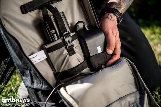 Neben dem Akkufach gibt es auch die Möglichkeit, ein Ladegerät sicher zu verzurren