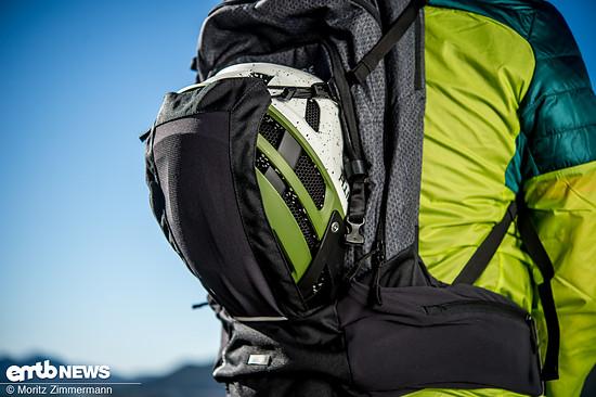 Wem es auf langen Uphills zu warm wird, der hat beim Vaude eBracket die Möglichkeit, den Helm im passenden Helmfach zu verstauen