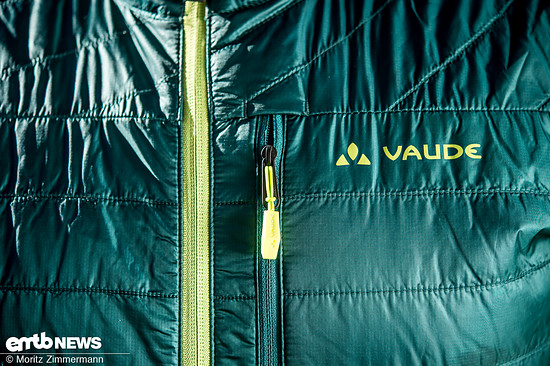 Eine Reißverschlusstaschen im Brustbereich nimmt das Handy oder den Geldbeutel auf