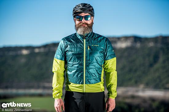 Mit dem Moab UL Hybrid Jacket hat Vaude eine leichte wärmende Jacke im Programm, die man jederzeit im Rucksack mitnehmen kann und einfach drüber zieht, wenn es kühler wird oder es zu regnen beginnt.