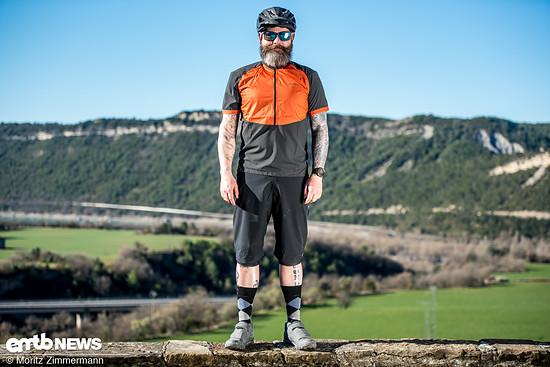 Rico ist 1,83 m groß und bringt runde 90 kg auf die Waage. Outfits in der Größe L passen ihm eigentlich immer.