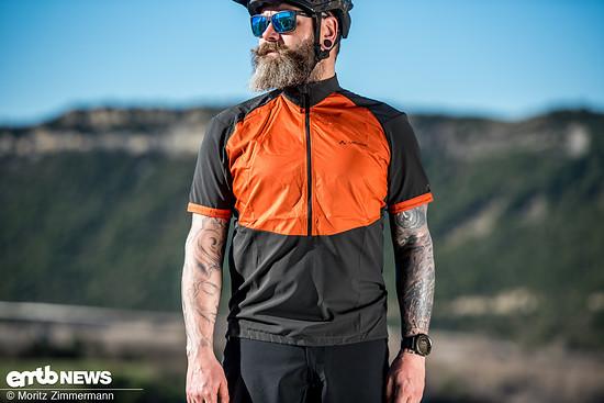 Das Vaude eMoab Shirt verfügt über diverse clevere Details, wie beispielsweise dem winddichten Brustbereich oder der Gummierung über den Schultern