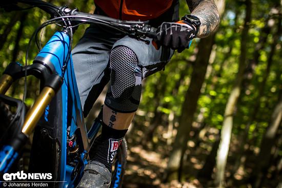 Wer viel pedaliert, den könnte der relativ dicke Stoff in der Kniekehle stören