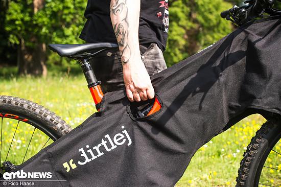 Der Clou: Das E-MTB lässt sich mit angelegtem Dirtlej Bikewrap noch schieben